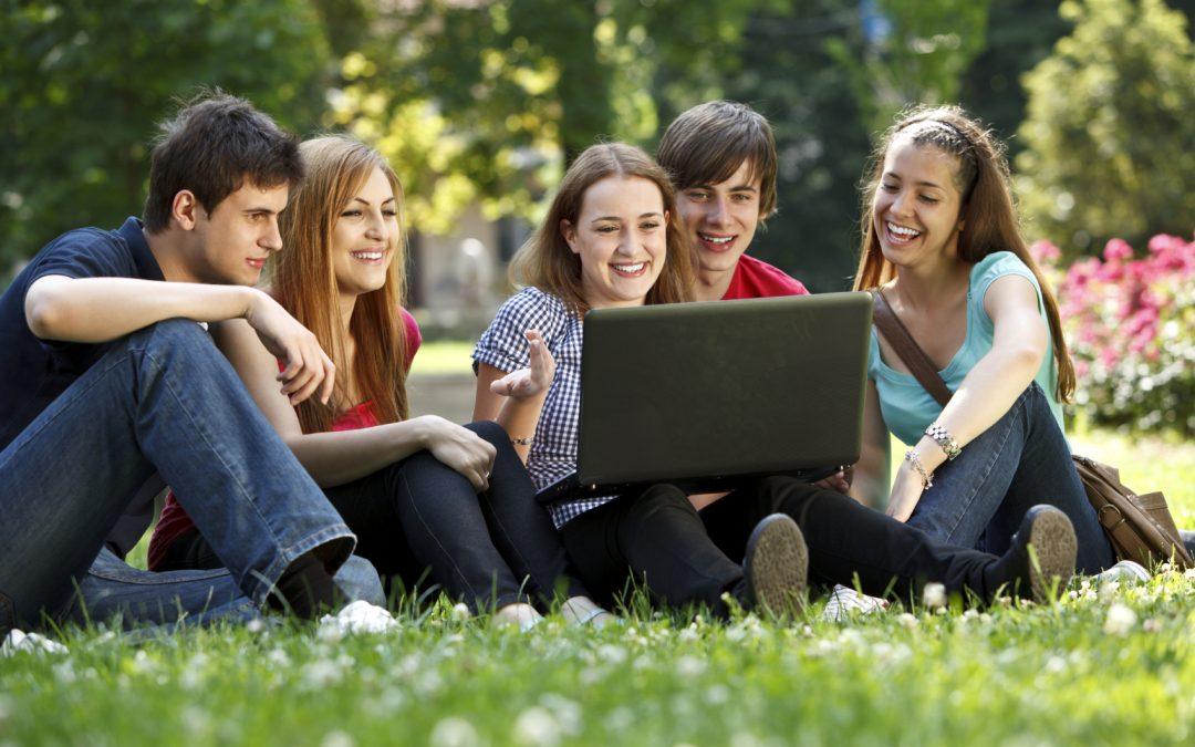 Oferta de 19 cursos online homologados, centrados en atención e intervención social y mediación.