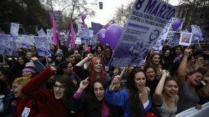 """La cuarta ola del feminismo y el mundo gay se miran de reojo (artículo de """"El País"""")."""