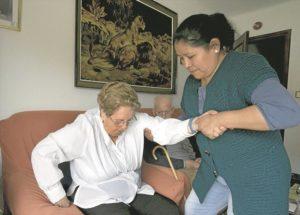 Los/as trabajadores/as sociales priman la ayuda a domicilio frente a residencias.